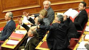 """Giorgios Mawrikos, Parlamentarier der Kommunistischen Partei Griechenlands und Sekretär des Weltgewerkschaftsbundes, wirft die Gesetzesvorlage zur """"Spar""""politik gegen den griechischen Wirtschaftsminister"""